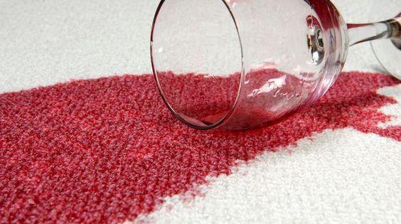 Comment nettoyer une tâche de vin sur le canapé ?