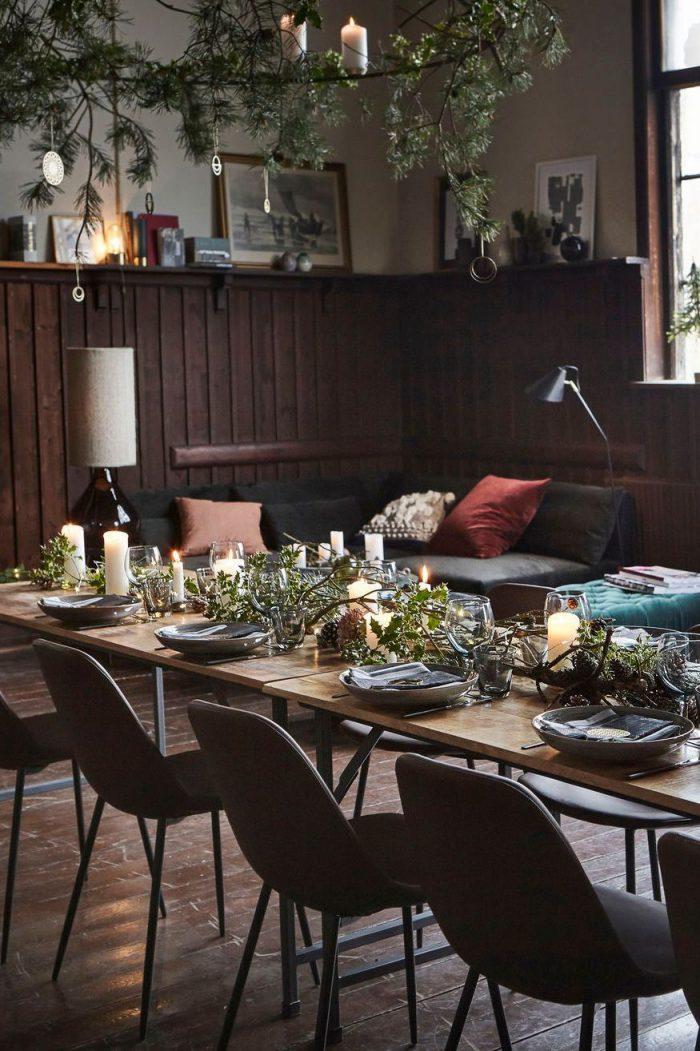 grande-table-en-bois-avec-chemin-de-table-ambiance-noel_5966336